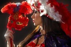 Vrouw in kleurrijk middeleeuws kostuum royalty-vrije stock afbeelding