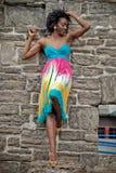 Vrouw in kleurrijke kleding Stock Fotografie
