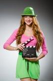 Vrouw in kleurrijke kledingsholding Royalty-vrije Stock Afbeelding