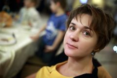 Vrouw in koffie Stock Afbeeldingen