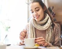 Vrouw in koffie het drinken koffie Royalty-vrije Stock Afbeeldingen