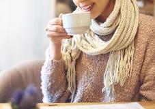 Vrouw in koffie het drinken koffie Royalty-vrije Stock Fotografie