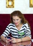 Vrouw in koffie het luisteren muziek royalty-vrije stock afbeeldingen