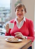 Vrouw in koffie met kop van koffie Royalty-vrije Stock Foto