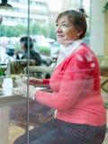 Vrouw in koffie met kop van koffie Royalty-vrije Stock Afbeeldingen