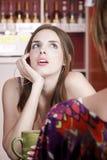 Vrouw in koffiehuis met vrouwelijke vriend Royalty-vrije Stock Afbeelding