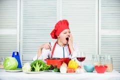 vrouw in kokhoed en schort Het diner van het huwelijk met gerookt broodjesvlees en tomaten dieting gelukkige vrouw die gezond voe stock afbeeldingen