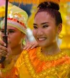 Vrouw in kostuum als deelnemer in Davao ` s ndak-indak tijdens Kadayawan-Festival 2018 royalty-vrije stock fotografie