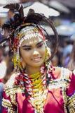 Vrouw in kostuum als deelnemer in Davao ` s ndak-indak tijdens Kadayawan-Festival 2018 stock foto's