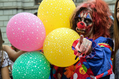 Vrouw in kostuums in Zombiegang Sao Paulo Royalty-vrije Stock Afbeeldingen