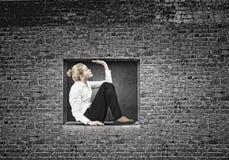 Vrouw in kubus Stock Foto's