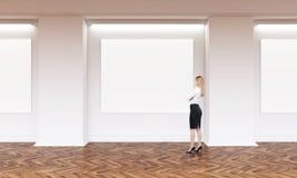 Vrouw in kunstgalerie Stock Foto's