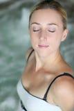 Vrouw in kuuroord Stock Fotografie