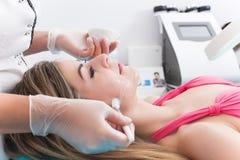 Vrouw in kuuroordkliniek Stock Afbeelding