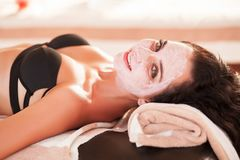 Vrouw in Kuuroordsalon De mooie vrouw krijgt kuuroordmasker op het zonnige strand in kuuroord Stock Afbeeldingen