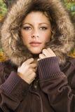 Vrouw in laag met een kap. Stock Foto's