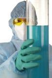 Vrouw in laboratorium. Stock Afbeeldingen
