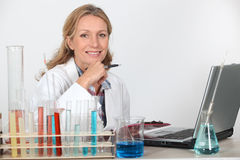 Vrouw in laboratorium stock foto's