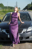 Vrouw in lange avond lilac kleding royalty-vrije stock foto's