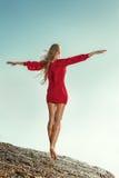 Vrouw in lange kleding voor overzees Royalty-vrije Stock Foto