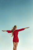 Vrouw in lange kleding voor overzees Royalty-vrije Stock Afbeeldingen