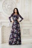 Vrouw in lange maxikleding in studio Royalty-vrije Stock Fotografie