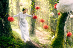 Vrouw in lange witte kleding Royalty-vrije Stock Afbeeldingen