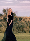 Vrouw in lange zwarte kleding Stock Foto