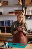 Vrouw in Leerwinkel stock afbeeldingen