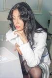 Vrouw leest de donkerbruine arts geduldige anamnese Stock Fotografie