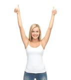 Vrouw in lege witte t-shirt Stock Afbeeldingen