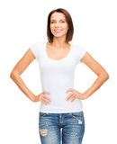 Vrouw in lege witte t-shirt Stock Foto's
