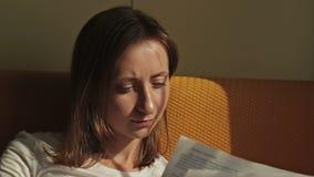 Vrouw lezen documenten stock videobeelden