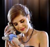 Vrouw in Liefde Kinderenstuk speelgoed als symbool romantische verhouding Royalty-vrije Stock Foto's