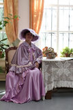 Vrouw in lilac kleding Stock Afbeelding
