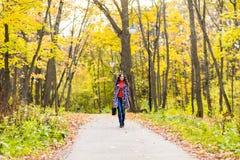 Vrouw lopen gelukkig in een park royalty-vrije stock afbeelding