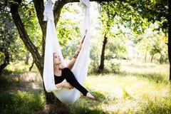 Vrouw in luchtyogahangmat Royalty-vrije Stock Fotografie