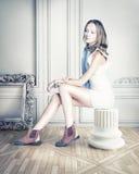 Vrouw in luxebinnenland Royalty-vrije Stock Afbeelding