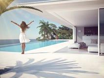 Vrouw in luxetoevlucht dichtbij het zwembad het 3d teruggeven Stock Foto