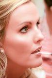 Vrouw: Make-up die wordt toegepast Stock Afbeeldingen