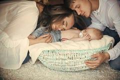 Vrouw, man en pasgeboren kindslaap in voederbak op vloer royalty-vrije stock foto's