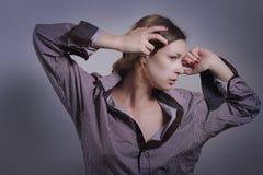 Vrouw in man overhemd Stock Foto's