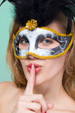 Vrouw in masker dat stiltegebaar maakt stock afbeelding