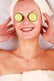Vrouw in masker van komkommer Stock Fotografie