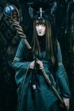 Vrouw-medicijnman met hoornen stock afbeelding