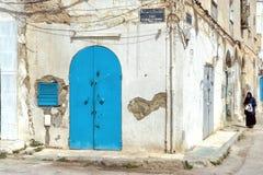 Vrouw in Medina in Sousse, Tunesië stock afbeeldingen