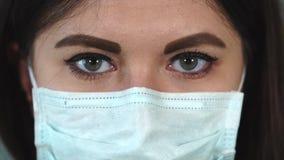 Vrouw in medisch gezichtsmasker stock video