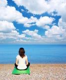 Vrouw in meditatie Stock Afbeeldingen