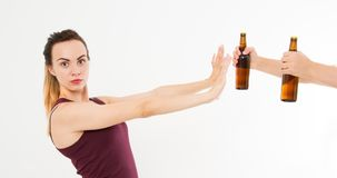 Vrouw, meisje geweigerde die alcoholdrank op witte achtergrond wordt geïsoleerd antialcoholconcept De ruimte van het exemplaar royalty-vrije stock foto
