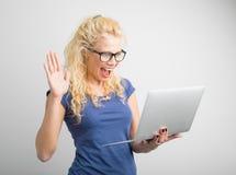 Vrouw met één hand die omhoog computer bekijken royalty-vrije stock foto